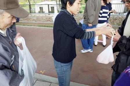 Sakiko distribute des repas
